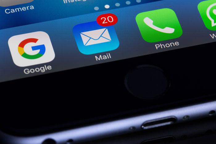 Um close do uso do email marketing em um smartphone
