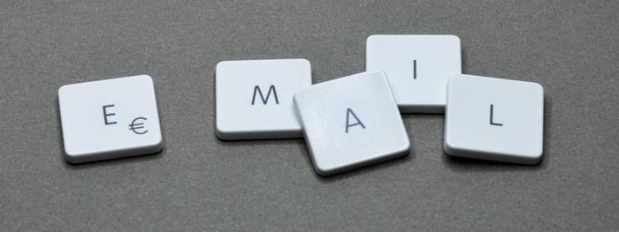Quatro botões do teclado que soletram 'email'