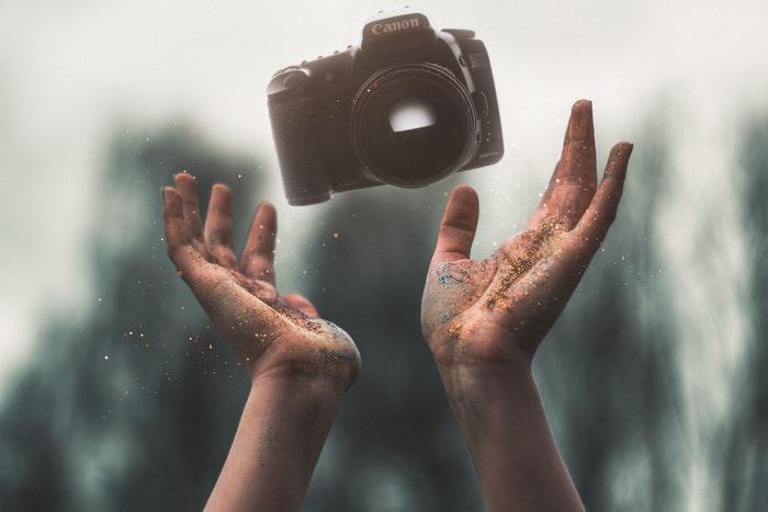 Uma pessoa lançando uma câmera no ar