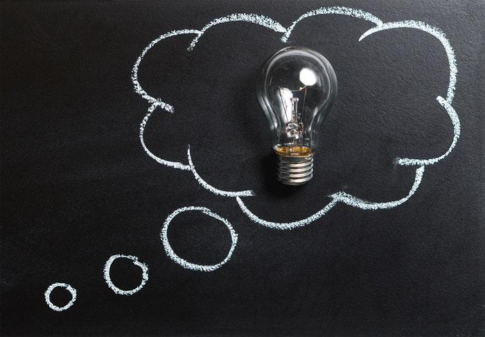 Uma lâmpada no quadro-negro