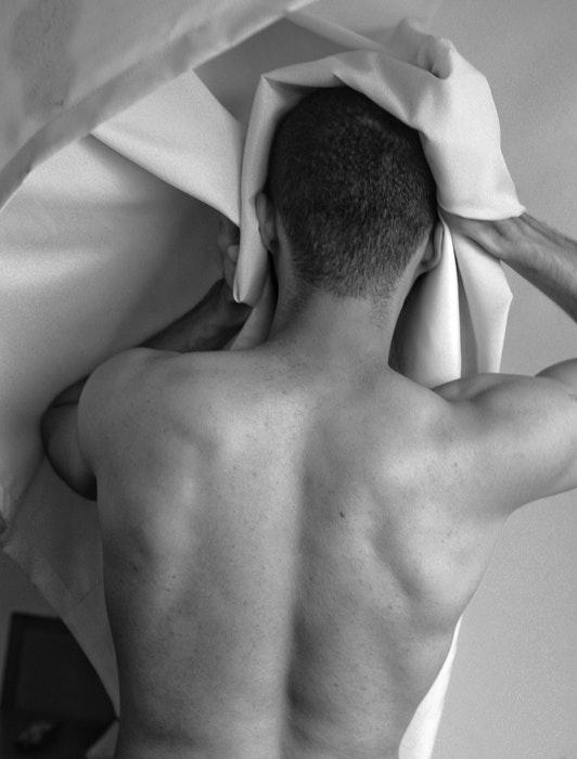 Foto preto e branco das costas de um modelo masculino