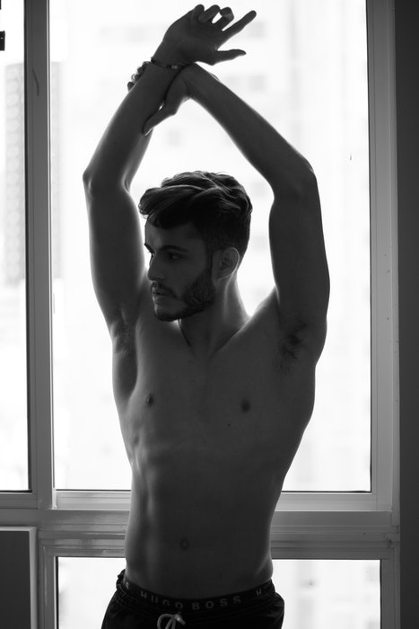 Foto preto e branco de um modelo masculino seminu