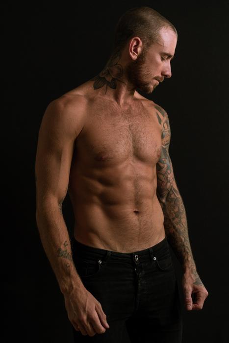 foto de um modelo masculino seminu com fundo preto