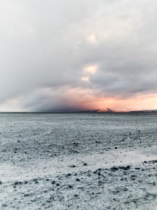Uma praia pedregosa