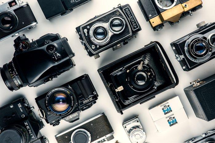 Varias cámaras dispuestas sobre una mesa