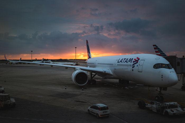 Um avião da LATAM em uma pista