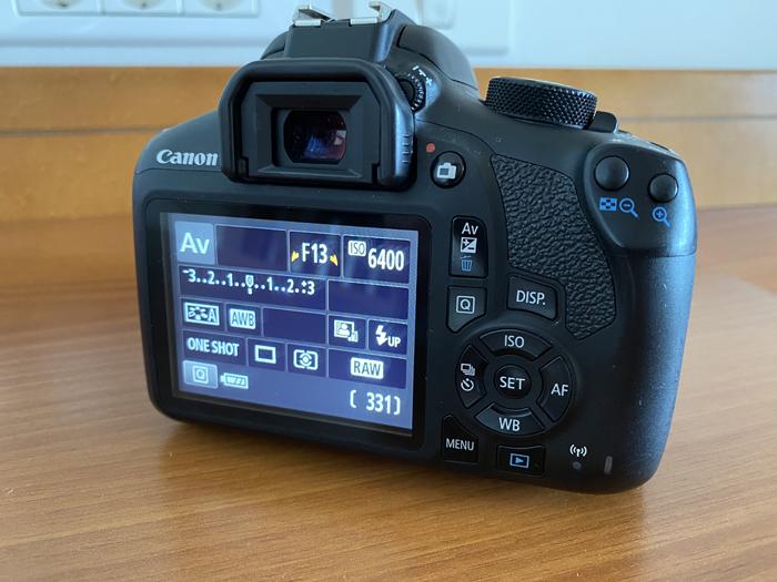 uma foto reversa de um visor digital Canon 1300D