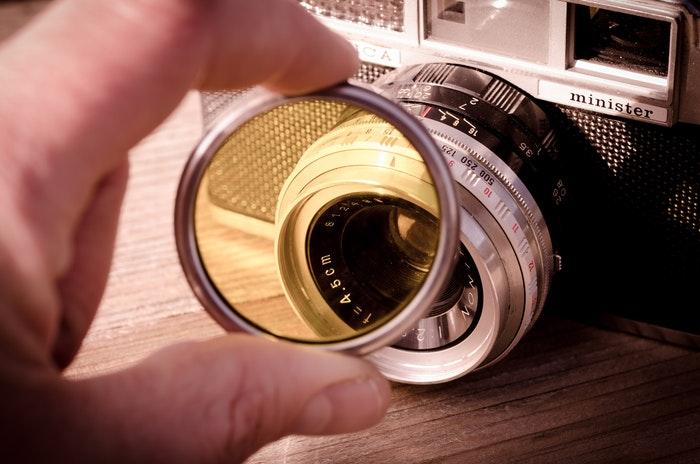 Uma mão segurando um filtro de câmera em uma câmara ministerial