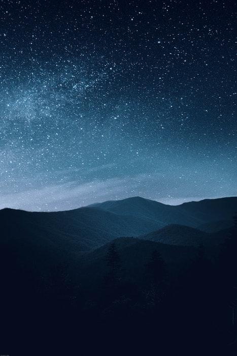 Foto impressionante de astrofotografia de um céu estrelado sobre as montanhas
