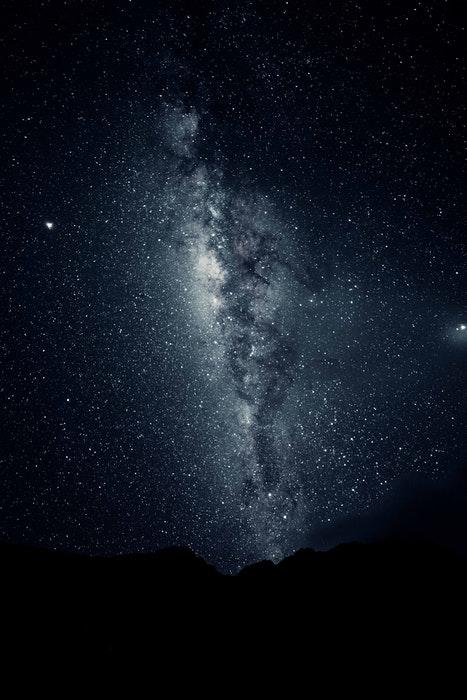 Céu cheio de estrelas sobre as montanhas
