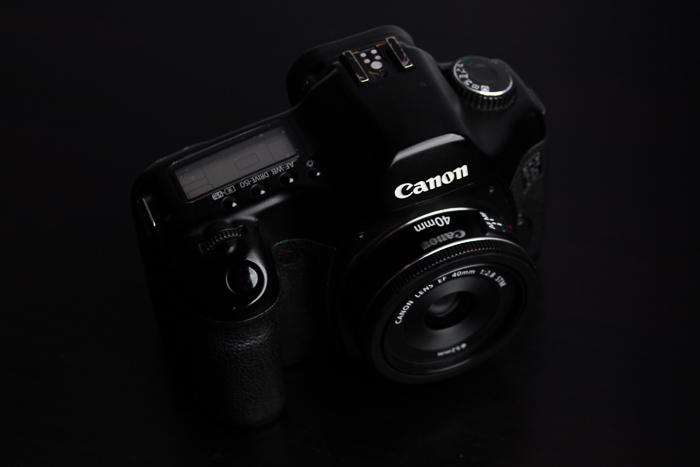 Câmera Canon com lente EF 40mm f / 2.8 STM