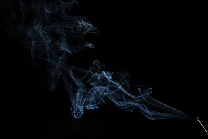 Técnicas para fotografiar humo o vapor: Estelas de humo contra un fondo negro