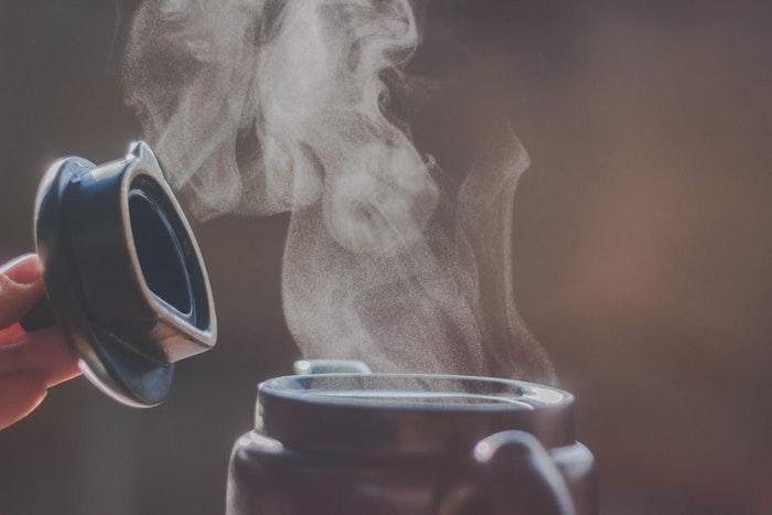 Um close do vapor saindo de uma cafeteira