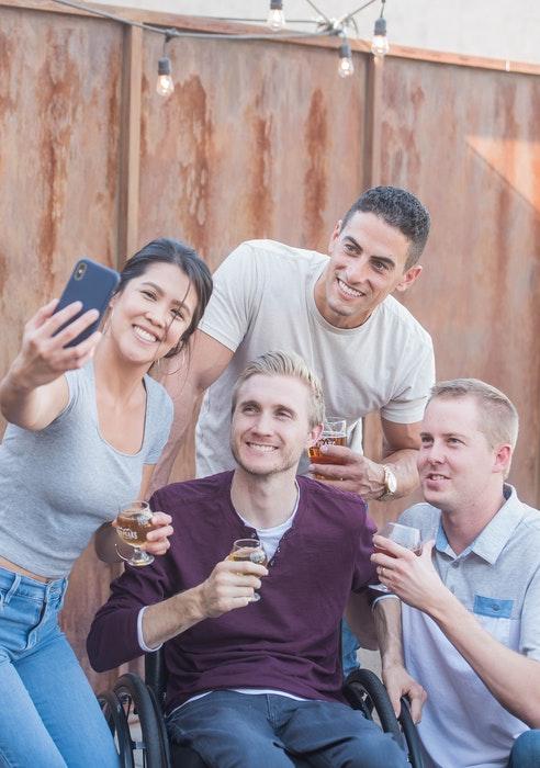 Un grupo de amigos posando para un selfie al aire libre
