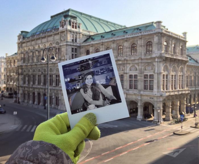 Una fotografía Polaroid de una niña sonriente frente a la Ópera de Viena en el fondo