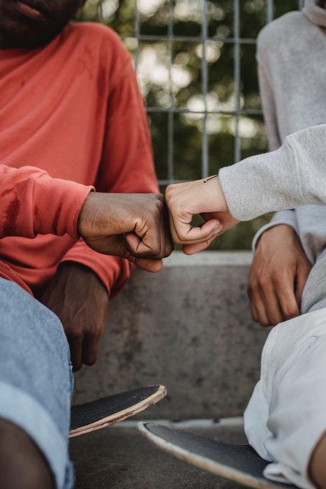 foto de dois caras em skates batendo no punho