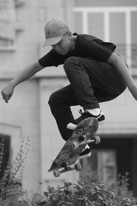 Foto em preto e branco de um patinador pulando