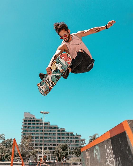 Foto de um patinador pulando no céu azul