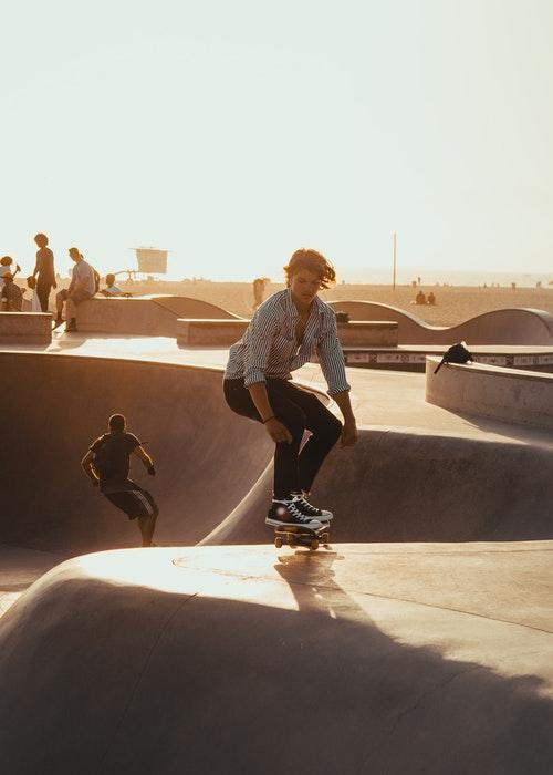 foto de um skatista em um parque ao pôr do sol