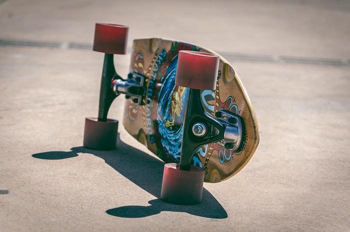 foto de close-up de um skate colorido