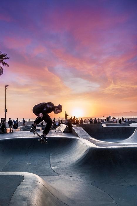 foto de um skatista pulando ao pôr do sol