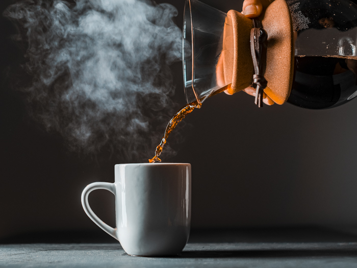 Verter una taza de café humeante