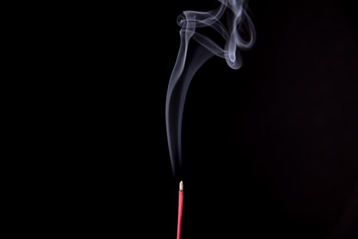 Técnicas para fotografiar humo o vapor: Humo que sale de una varilla de incienso