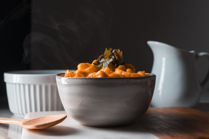 Técnicas para fotografiar humo o vapor: Un plato de macarrones con queso.