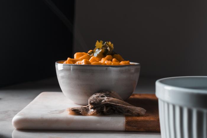 Técnicas para fotografiar humo o vapor: Bolsitas de té detrás de un plato de macarrones con queso.