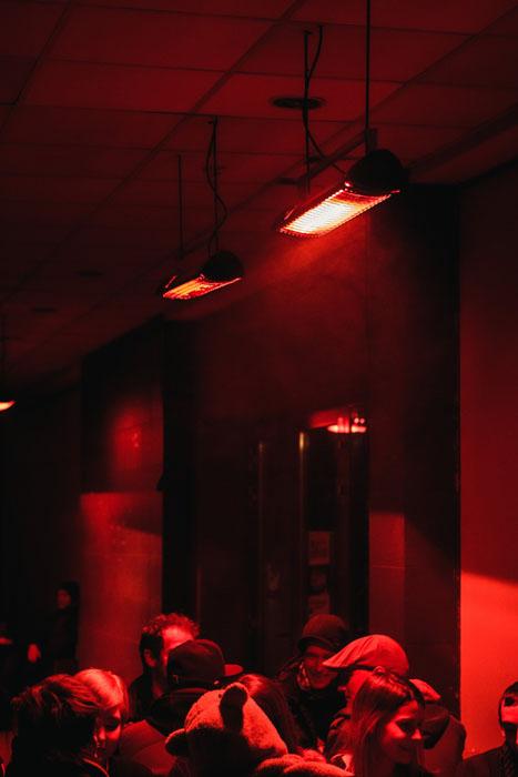 Fotografia com pouca luz de uma multidão em um evento interno com uma lente Canon 50mm 1.8