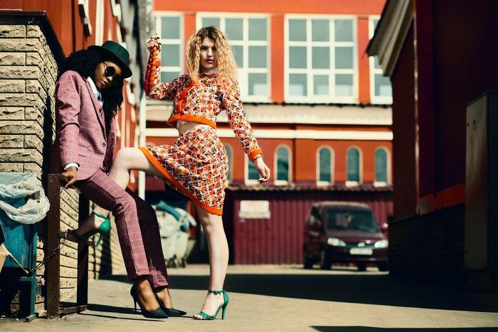 Sessão fotográfica de moda de rua com duas modelos femininas