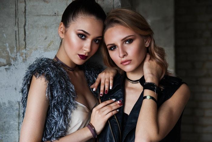 Duas modelos femininas posando para uma sessão de fotos de moda