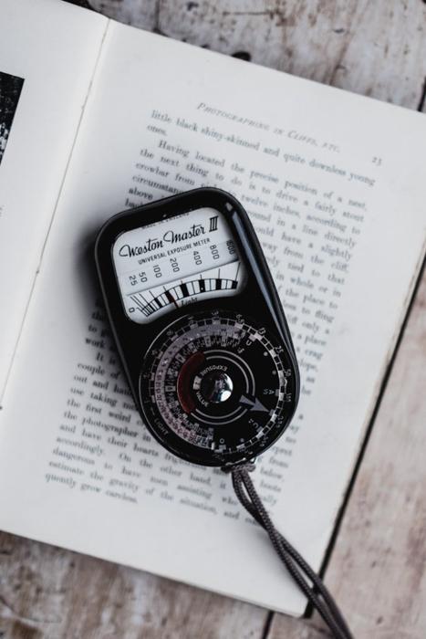 Um medidor de luz em um livro.