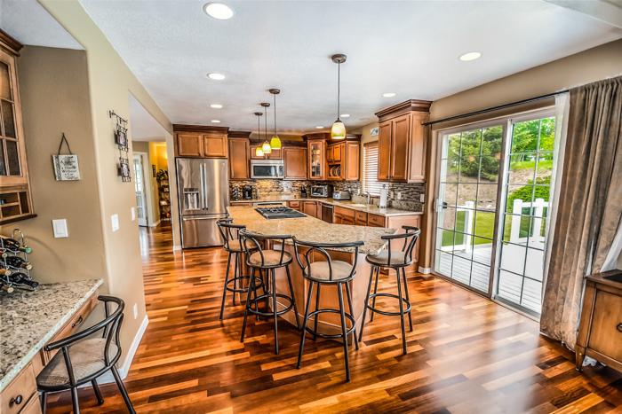 Uma bela foto do interior de uma cozinha.