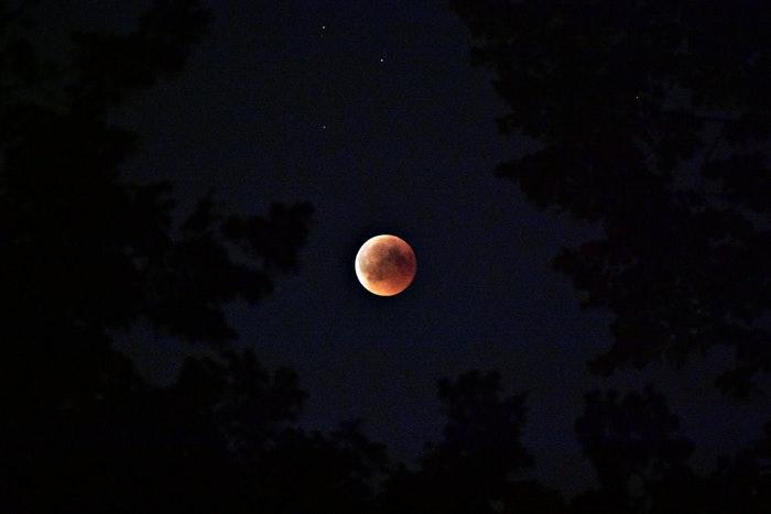 lua de sangue no céu noturno