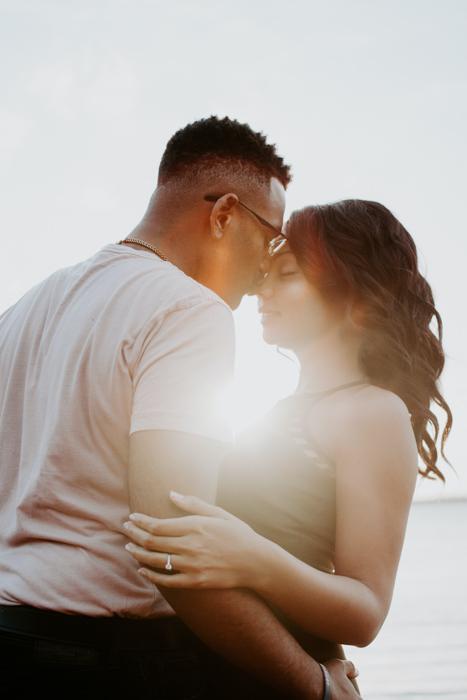Um casal se abraçando