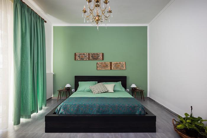 Uma bela foto imobiliária do interior de um quarto.