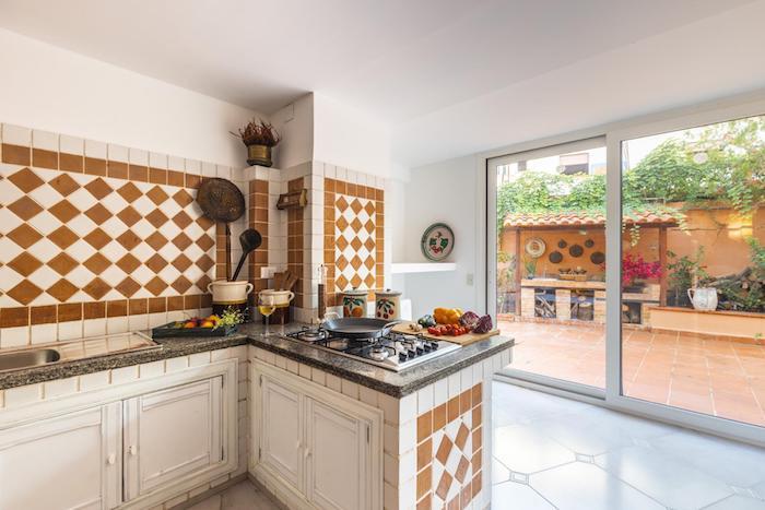 Uma bela foto imobiliária do interior de uma cozinha.