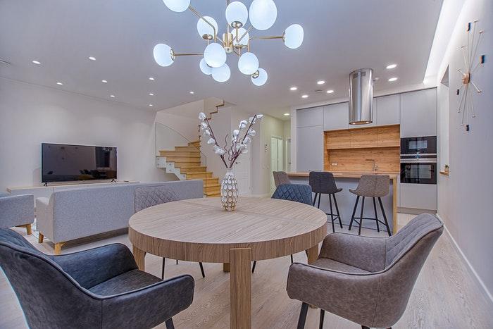 Uma bela foto imobiliária do interior de uma sala de estar