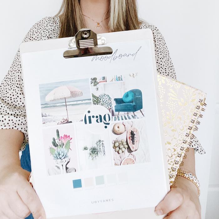 Uma mulher segurando uma prancheta com um gráfico de humor para design de interiores