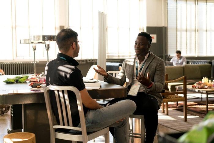 Dois homens em uma reunião de marketing fotográfico