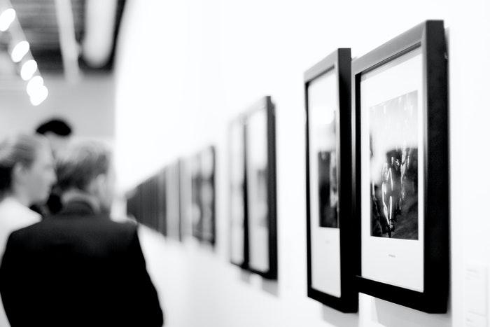 Uma exposição de fotografia em uma galeria
