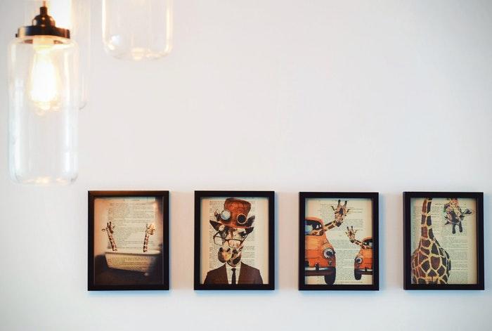 Impresiones enmarcadas en una pared