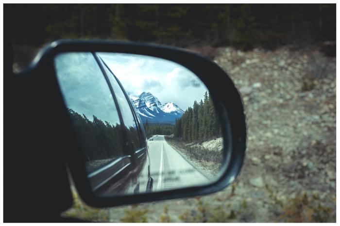 foto de uma montanha refletida no espelho de um carro