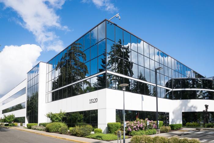 foto de um prédio com janela espelhada tirada de um canto