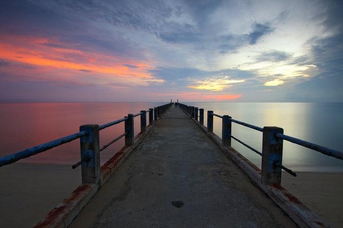 Um pequeno cais ao pôr-do-sol mostrando os pontos de fuga na fotografia