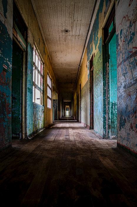 O corredor de um prédio vazio.