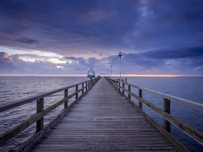 https://expertphotography.com/wp-content/uploads/2020/09/vanishing-point-pier.jpg