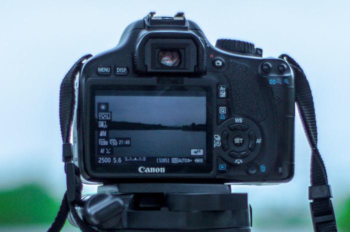 uma imagem de uma câmera SLR digital no modo manual