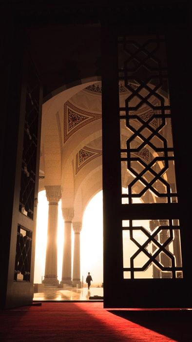 Imagem da arquitetura de interiores de grandes portas que se abrem para criar um equilíbrio interessante na imagem